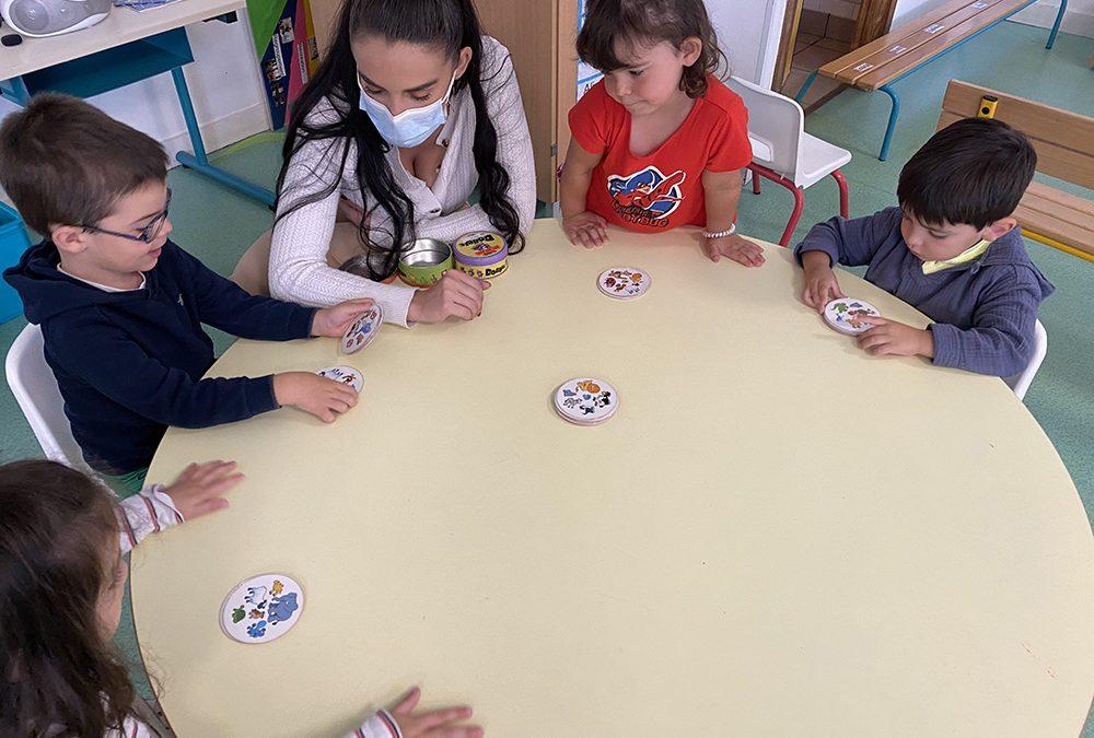 Nous invitons nos proches à jouer à des jeux de société à l'école !