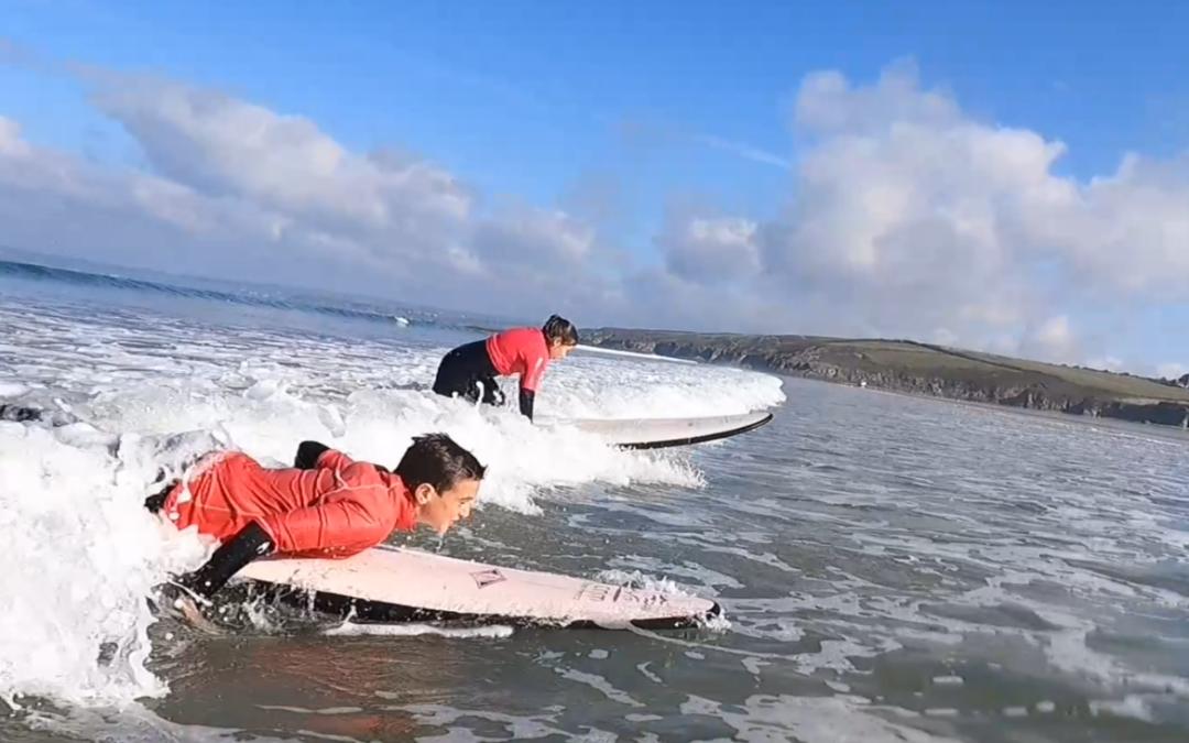 Les CM2 découvrent le surf à Douarnenez !
